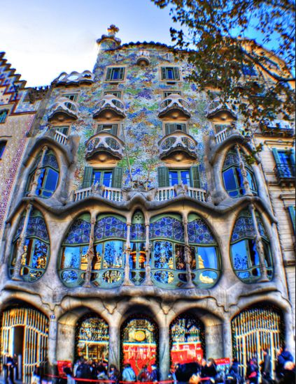 Casa Batlló, built between 1904 and 1906 in the heart of Barcelona, is the most emblematic work of the brilliant Catalan architect.