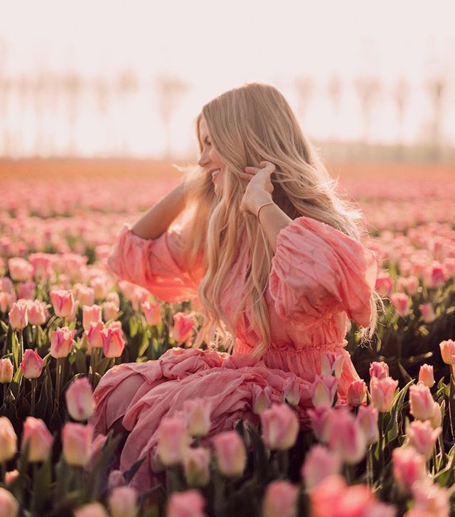 Standing in a field of tulips feeling💯thanks for keeping my hair lookin good while traveling @Kerastase_Official👊🏻I brought by travel size Elixir Ultime hair oil, Chromatique shampoo and conditioner, and Laque Couture Hairspray #KerastaseAmbassador