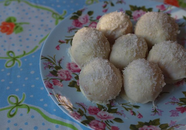#Christmas coconut snowballs made with #Thermomix! #recipe - More #Thermomix gifting ideas at: http://www.superkitchenmachine.com/2012/17688/thermomix-gift-recipe.html