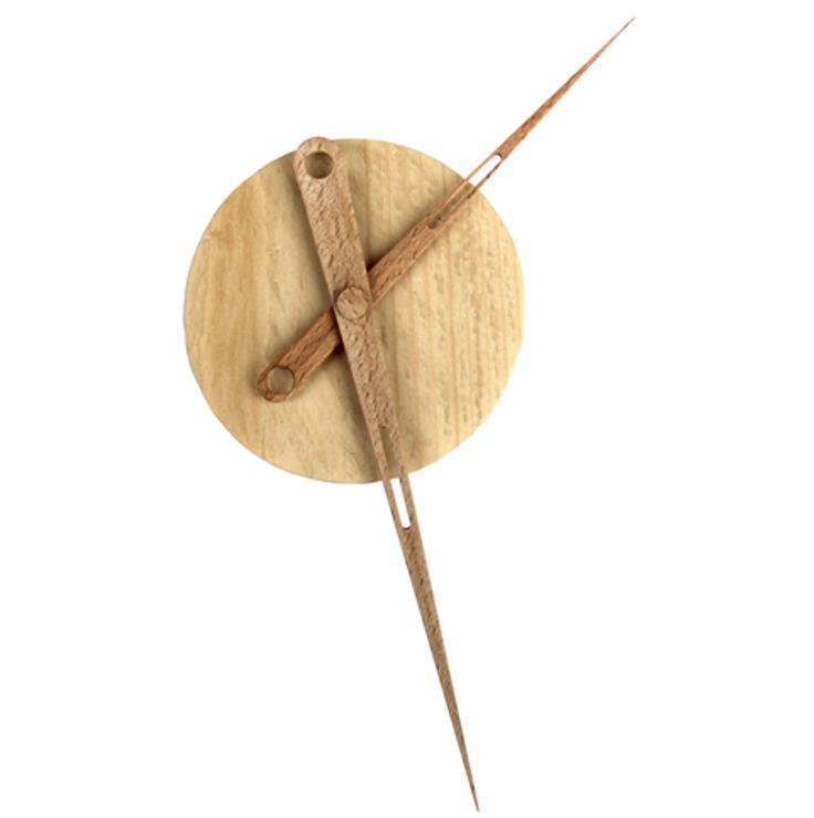Klok gemaakt van grenenhout met beukenhouten wijzers. Diameter klok: 85 mm Dikte              : 35 mm Totale diameter met wijzers 200 mm Te vinden op www.braceletshop.nl bij woonspullen en zo