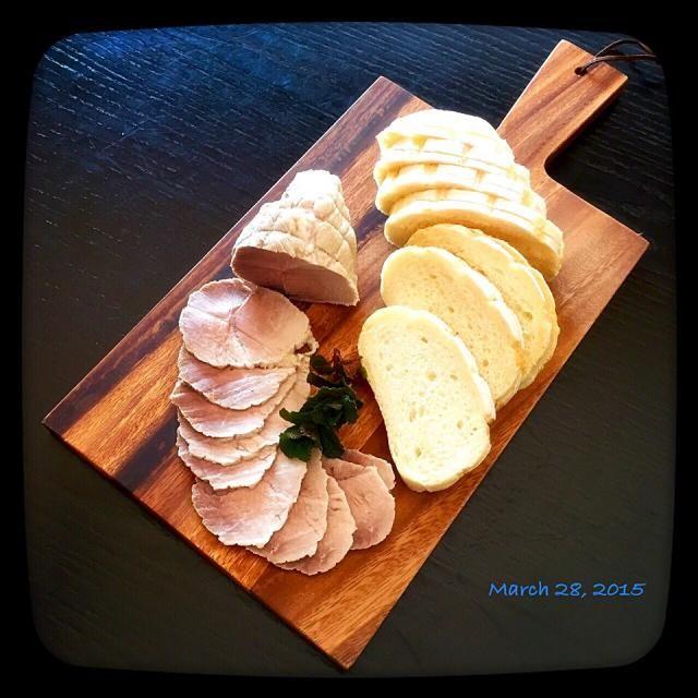 時間ないくせに!連投です! 豚塊を半額ゲットしてしまったの( ´艸`) 久々、akikoさんの手作りロースハム♬ akikoさん!いつもこのレシピにはお世話になっています♬ありがとう! 皆様、これ‥高級なおはむ様ですのよ♬ホホホ♬ そして、パンは先に投稿した、ももさんのトリプルミルクハースを‥( ´ ▽ ` )ノ♬ なんて贅沢な朝ごはんなのーーー✨と言いたいトコですが ‥これ、マスタードとマヨと葉っぱとを押し付けて ごめーーん朝ごはん、セルフサンドイッチでーー‥な母です  ではっ!行ってきますー̨(༠౪༠ ̨ )͞˭̳̳̳˭̳̳̳ˍ̿̿ˍ̿ˌ˳ˏ̇⋅∴ - 273件のもぐもぐ - akikoさんの簡単手作りロースハム by さわこ