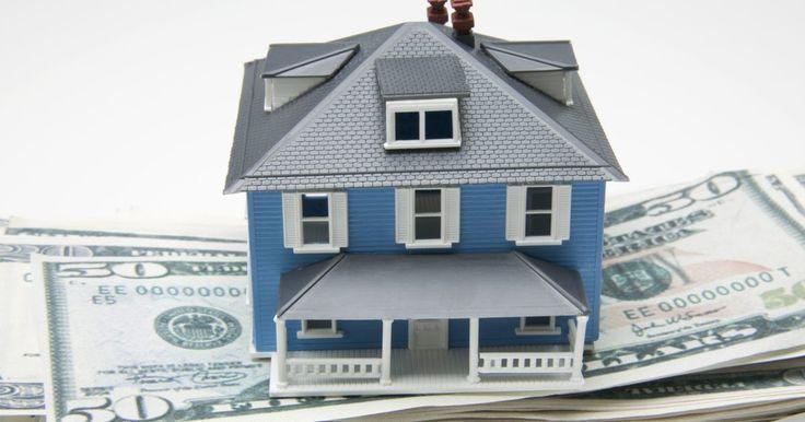 ¿Qué sucede cuando una persona muere antes de finalizar el pago de una casa?. Cuando una persona muere con un préstamo hipotecario impago, su patrimonio es responsable de pagar la propiedad, incluyendo la nota de hipoteca. Dependiendo de lo que diga el testamento de la persona, su pareja u otro beneficiario también puede ser el responsable de pagar la casa. La deuda hipotecaria debe pagarse una vez que el prestatario ...