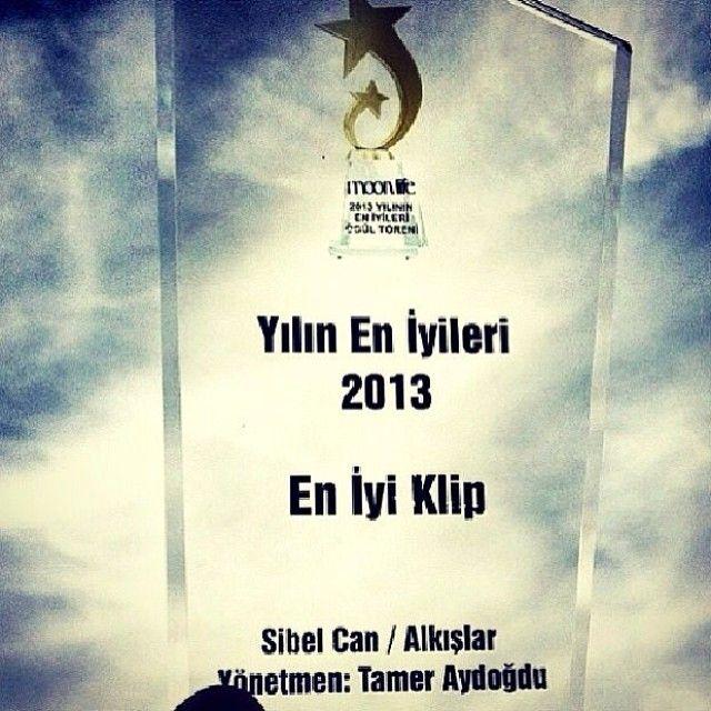 """Cemiyet dünyasının yakından takip ettiği Moon Life Dergisi'nin """"Yılın En İyileri 2013 '' ; '' En iyi klip ödülü'' Sibel Can'ın Erdem Kınay proje albümünde seslendirdiği  Alkışlar şarkısının KLİBİNE verildi .. YÖNETMEN:Tamer Aydoğdu ...."""