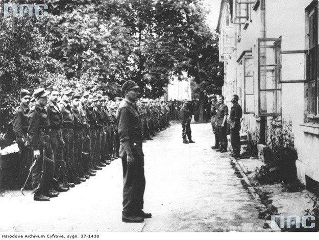 """Oddział por. """"Podkowy"""" tuż przed rozbrojeniem, Szczebrzeszyn, 30 lipca 1944 r. (fot. z książki Szymona Nowaka """"Oddziały Wyklętych"""")"""