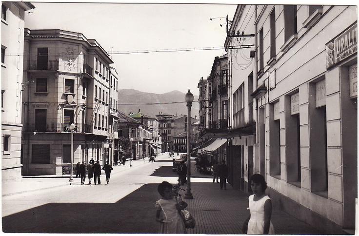 Hoxe, rúa Castelao mirando cara a praza de Galicia.