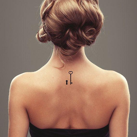 Cosecha tatuaje temporal llave y cerradura. Diseño de tatuaje.