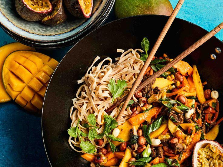 Vietnamilaisittain maustettu, eksoottisen hedelmäinen vokki vie sinut kauas harmaudesta. Herkullinen vokki syntyy nopeasti naudan minuuttisuikaleista.