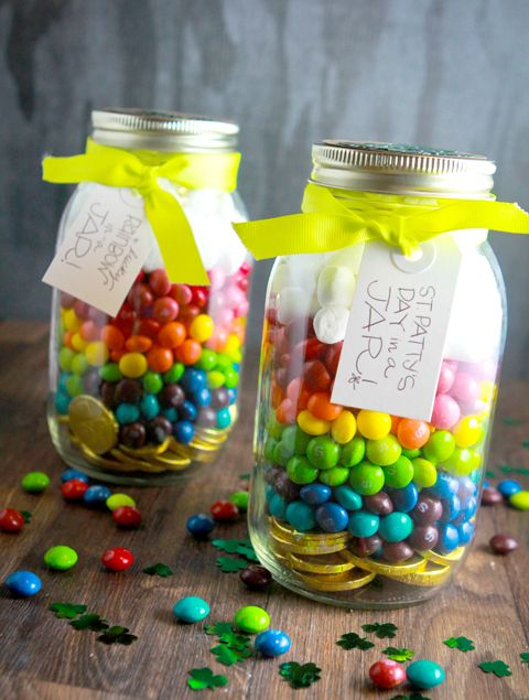 St. Patty's in a jar! Put gold coins at the bottom, rainbow candies in the middle and marshmallows on top. St. Patrick's Day in a jar. Customize a label using Avery printable tags and free designs.