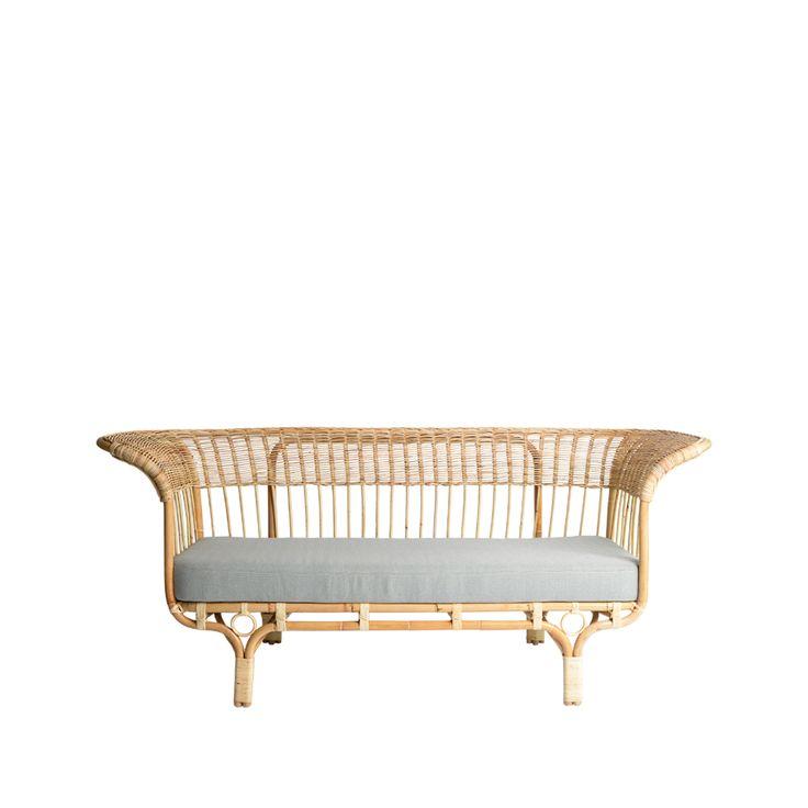 Belladonna ritades av Franco Albini år 1951 och är en av hans ikoniska möbler. Soffan tillverkades i rotting vilket resulterade i en konstnärlig och elegant möbel som håller sig stark än idag.
