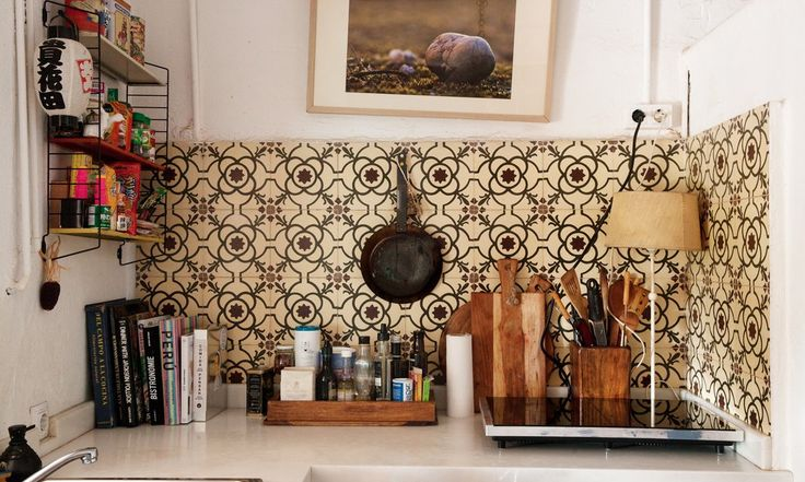The Socialite Family | Carreaux ciments dans la cuisine de Manuela Sosa. #portrait #meet #barcelona #barcelone #manuelasosa #gangandthewool #florist #fleuriste #wedding #kitchen #cuisine #tiles #pattern #motif #home #inspiration #idea #design #art #interiordesign #homedecoration #thesocialitefamily