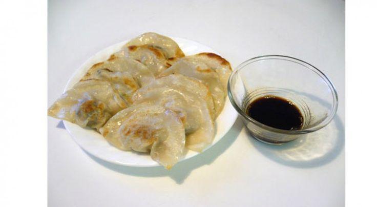 Los dumplings son un plato asiático muy popular. Pueden cocinarse con diferentes tipos de relleno (gambas, pollo, ternera o cerdo). El estilo de dumpling más conocido es el chino relleno de cerdo picado, llamado jiaozi. En esta receta vamos a explicar como preparar los dumplings de cerdo. INGREDIENTES: 450 gr. de cerdo picado 1 cucharada …