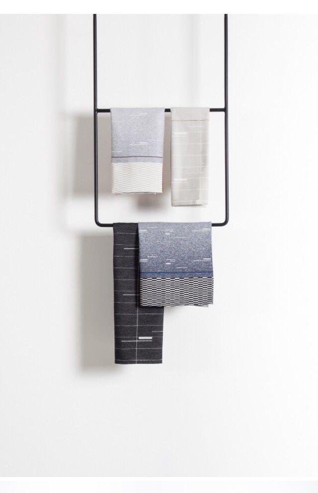 Mooi stalen handdoekenrek hangend aan het plafond.