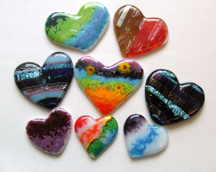 How to make beautiful fused glass hearts the easy way! A glass tutorial for beginners and more advanced fusers, using Bullseye glass, spectrum glass, glass f...