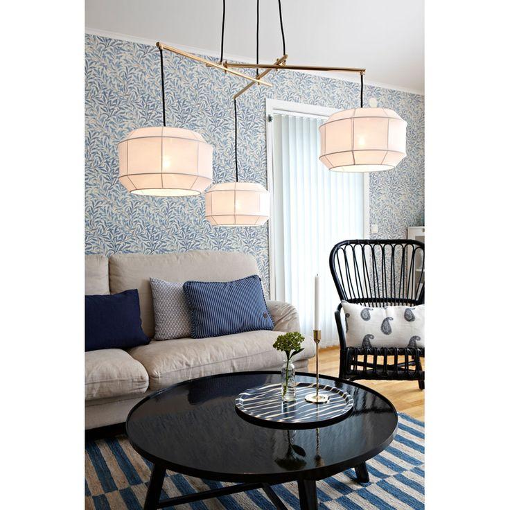 Taklampa Corse Detta är en elegant taklampa för det moderna hemmet. Lampan har tre skärmar i textil och detaljer i metall. Sladden är textilklädd och lamp