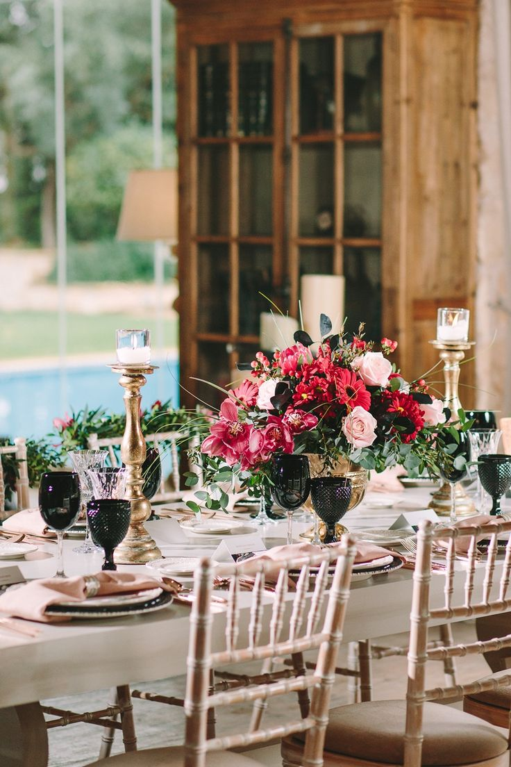 Valentine's Day today, and here at Dreams In Style we feel inspired! Gorgeous table setting dressed in red, pink, black and gold.   #valentinesday #red #black #gold #artdelatable #gorgeous #tablesetting #dreamsinstyle #deco #weddingplanner