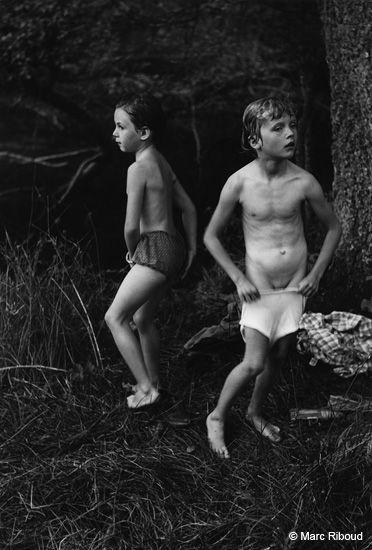 Marc Riboud  //  France  - Petites filles après le bain, 1953