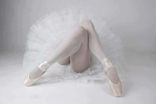 Ballerinas legs beautifully crossed with pointed toes. www.theworlddances.com/ #ballet #twinkletoes #dance