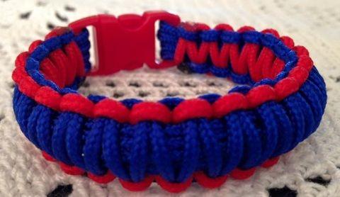 Armband - Rött&Blått - Storlek 15,5-17 cm - Armband i makramé med snäppspänn...
