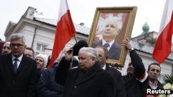 Ярослав Качиньский под портретом своего брата Леха во время церемонии памяти погибших в катастрофе под Смоленском