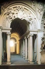 Scala regia a destra dell'atrio. —— Fu costruita da Antonio da Sangallo il Giovane nei primi anni del XVI secolo, per collegare i palazzi Apostolici alla Basilica di San Pietro, e fu notevolmente rimaneggiata da Gian Lorenzo Bernini dal 1663 al 1666.