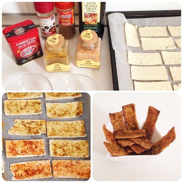 Poner el bloque de tofu entre papeles de cocina. Cortar en tiras finas. En un cuenco mezclamos una cdita aceite de oliva con comino y curry, pimentón dulce y picante con ajo granulado... A vuestro gusto!!! Pintamos con las mezclas las tiras de tofu y metemos al horno precalentado a 220º hasta que estén doradas y crujientes!!! Tardan unos 20-25 minutos.