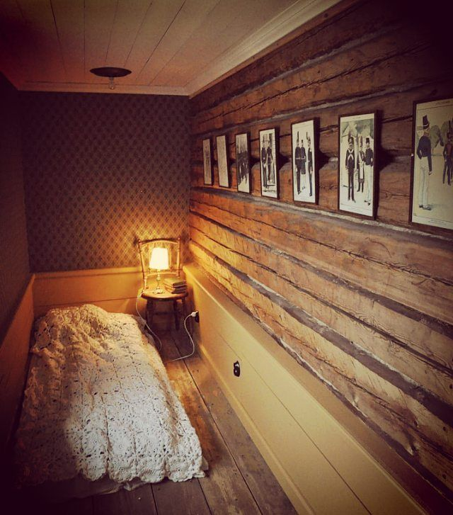 Antingen upphackad sömn bredvid bebis i skön säng, eller ostörd sömn på madrass på golvet här. Man kan inte få allt . #timmervägg #stjärntrellis #kattvind #byggnadsvård #sallinggarden