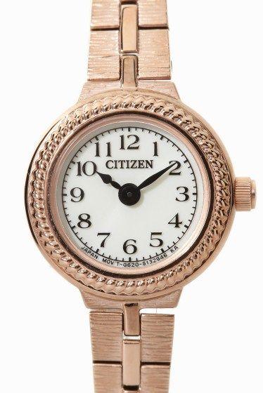 EG2982-54A  EG2982-54A 30240 CITIZEN KII のエコドライブ時計のご紹介です ブレスレットのような華奢なクラシックデザインに ソーラーバッテリーを採用 機能性を兼ね備えたかわいい時計です 肌になじみのいいピンクゴールドカラーは 女性らしい柔らかい雰囲気の人気カラー!! ギフトとしてもおススメです 新生活のお供にいかがでしょうか エコドライブは太陽や室内のわずかな光りを電気に換えて時計を動かす シチズン独自の時計です 電池交換は不要です ソーラーウォッチの為ご使用前に時計文字盤面に光を当てて 十分に充電し時間を合わせてご利用下さい 保証書について 保証書は購入明細書納品書と合せて保管していただきますようお願いします 修理の際は保証書と購入明細書納品書を合わせてご提出ください