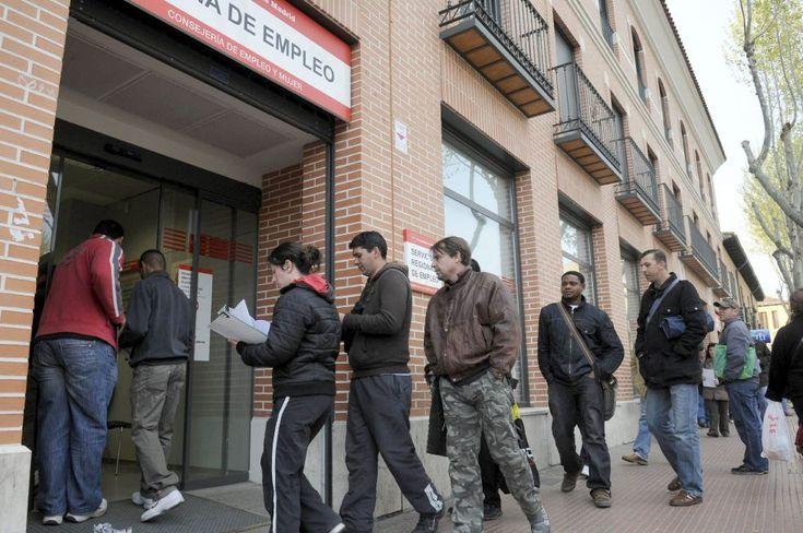 Varias personas hacen cola en la Oficina de Empleo de la Avenida de Guadalajara de Alcalá de Henares (Madrid)
