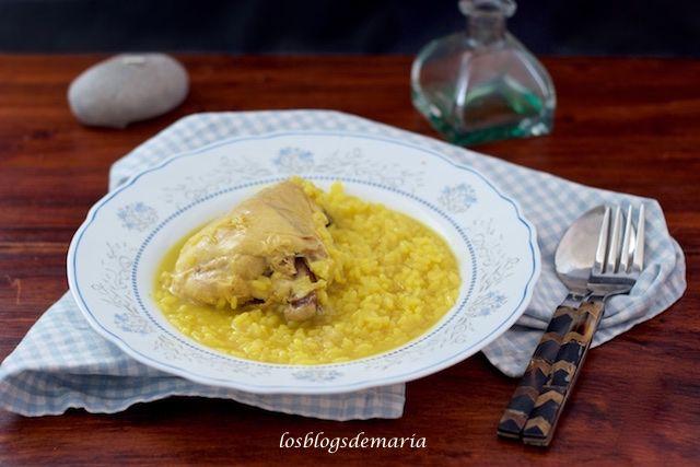 Arroz con contramuslos de pollo en olla de hierro fundido