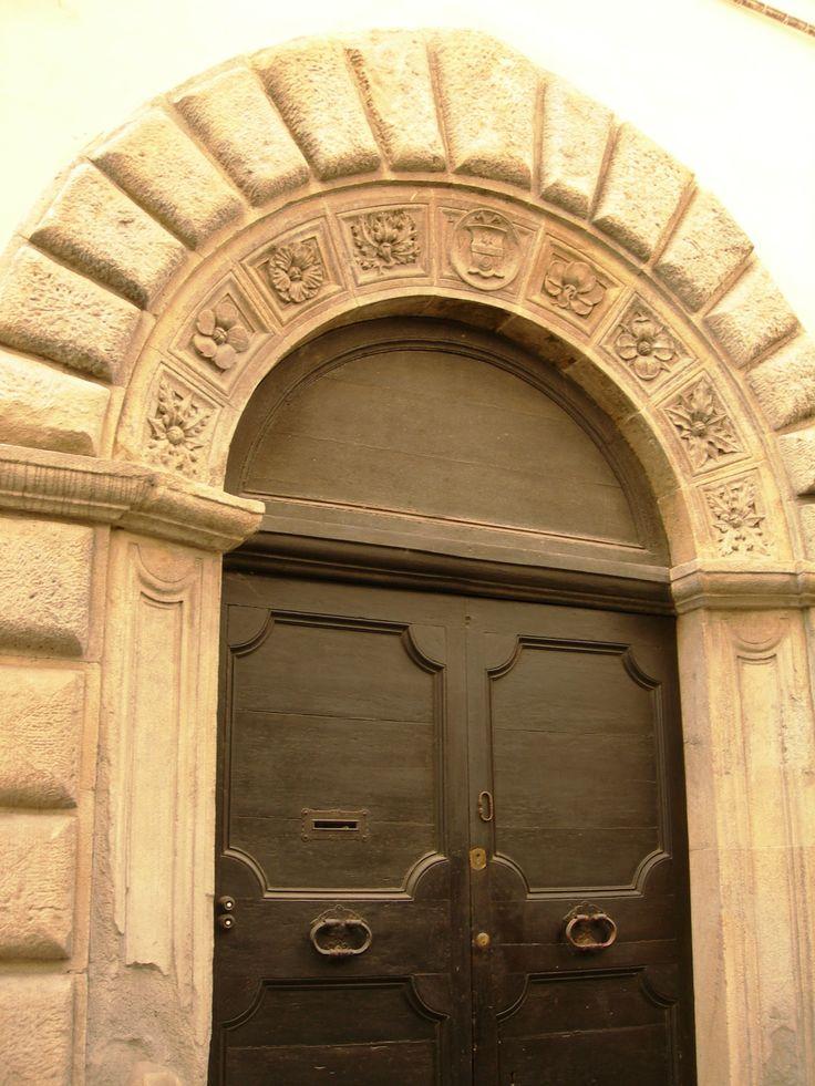 Camerino, Via Varino Favorino, portone del '400 in pietra lavorata con stemma centrale da identificare, 2014.