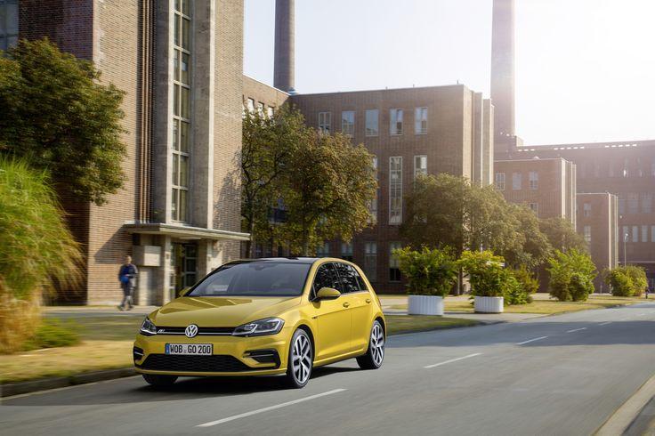 Volkswagen Golf - udoskonalony bestseller. Centralnym punktem zmian w Golfie z roku modelowego 2017 są – obok nowych silników, bardziej wyrazistej stylistyki i nowych systemów asystujących – systemy informacyjno-rozrywkowe nowej generacji.  #volkswagen #VW #volkswagengolf #VWgolf #premiere #volkwsagenpremiere #cars #poznań #samochody #newgolf