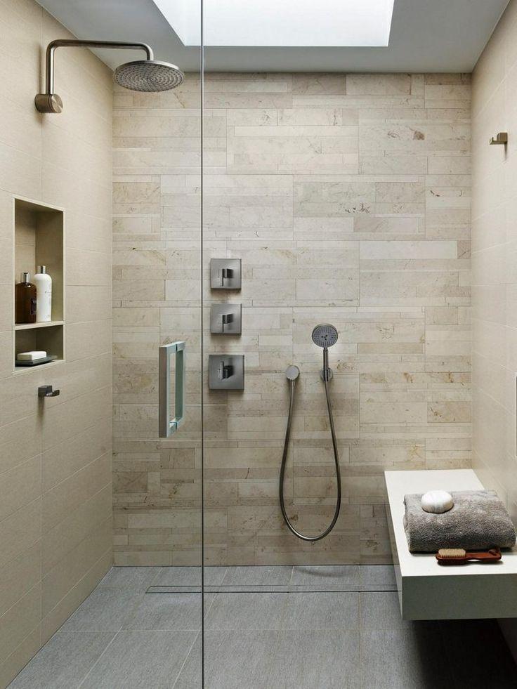 salle de bains design avec douche italienne, carrealge beige, banc et niche de rangement