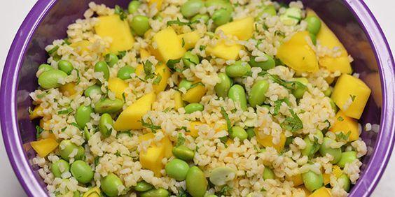 Lækker og mættende salat med søde mangostykker og cremede edamamebønner samt finthakkede krydderurter.