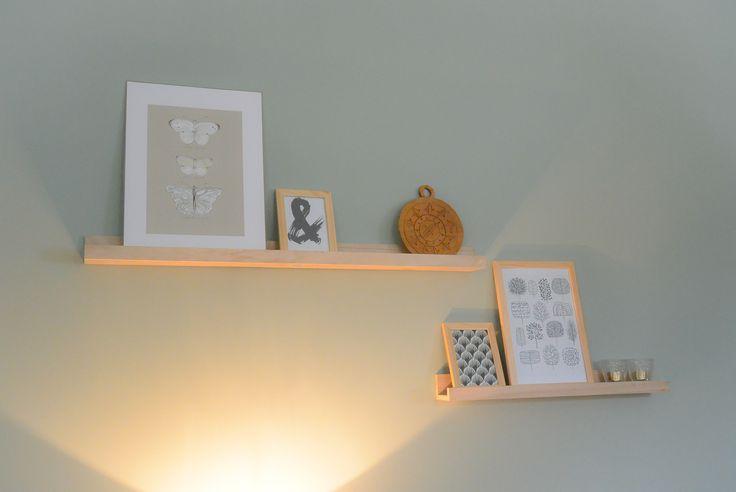 Appartement 1. Plankjes (Xenos), lijsten (Hema), prints (oa Ikea en zelf geprint), bordje (kringloop)