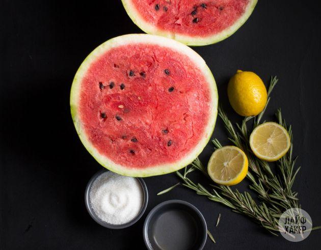 Арбуз прекрасно сочетается с алкоголем. Ещё одно доказательство тому — этот ароматный алкогольный лимонад с розмарином и арбузом, способный вкусно освежить вас в жаркие дни лета.   Ингредиенты:  210…
