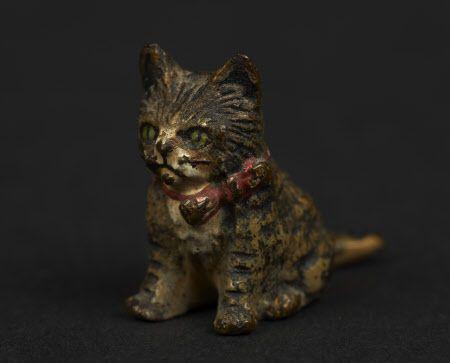 Модель кот, окрашенный металл в натуралистических тонах, красный лук вокруг шеи. Ardress Дом © Национальный фонд / Andrew Patterson / Gap Студия