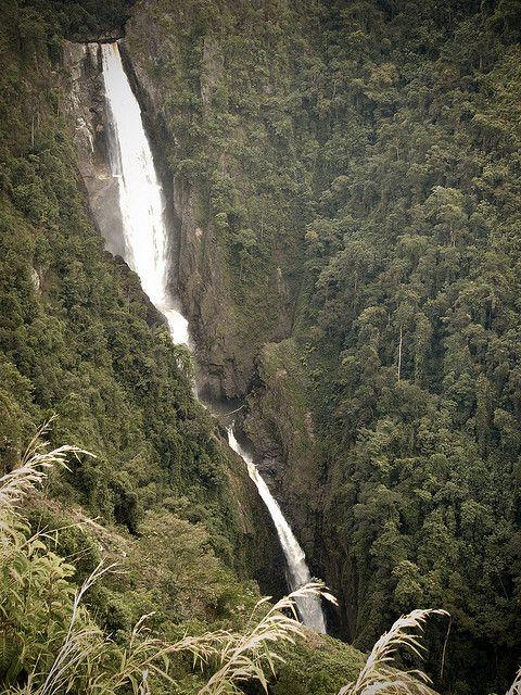 El salto de bordones. San Agustin, Colombia.