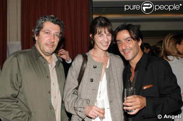 Charlotte Gainsbourg entourée d'Alain Chabat et Yvan Attal pour la première de Ils se marièrent et eurent beaucoup d'enfants en 2004