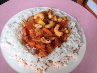 <p>Deze Indiase vegetarische schotel vindt iedereen lekker. Mild van smaak maar niet te flauw en fris zoet door de mango. Dit is typisch zo'n gerecht dat je ontdekt en altijd blijft maken. Echt heerlijk! 4-6 personen Ingrediënten 1 kleine bloemkool 3 uien 2 teentjes knoflook 1 blikje tomatenpuree (140 gram) …</p>