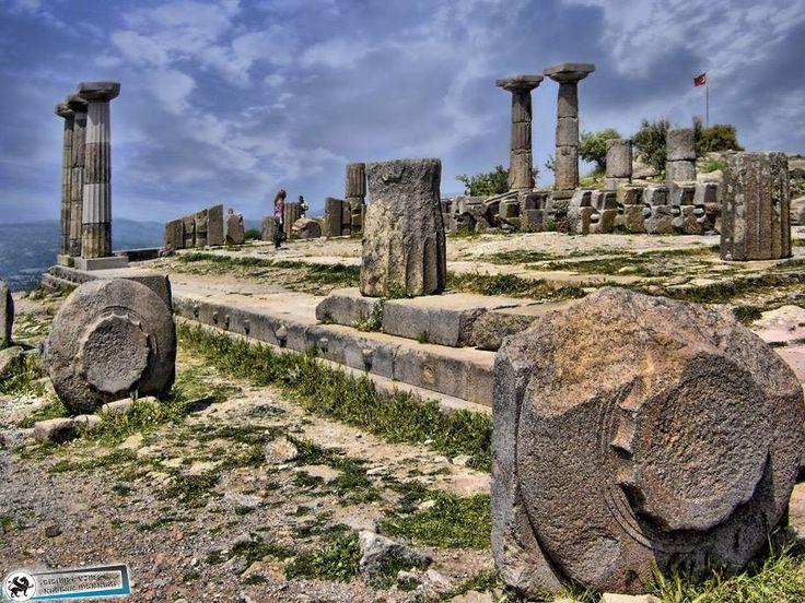 Assos antik kenti Athena Tapınağı Antik kentin en yüksek noktasında Athena Tapınağı bulunuyor. Arkaik çağ'da Anadolu'da yapılan ilk ve tek dor düzenindeki tapınak, hala büyüleyici ortamını koruyor. çanakkale