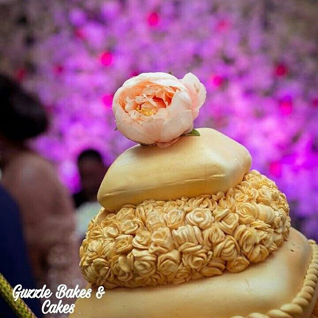 The 7 tier champagne gold and peach pillow wedding cake #guzzlebride#guzzlecakes#kumasicaterer#Kumasicakeartist#ghanacakes#GhanaBakers#ghanaweddingcakes#weddingcakedesign#weddingcakes#kumasiweddingcakes http://gelinshop.com/ipost/1526094613713503011/?code=BUtxvcwB8Mj