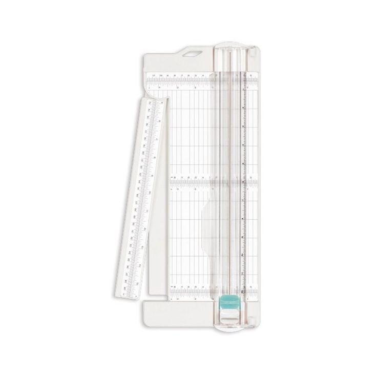 Cizalla que permite cortar hasta 5 papeles a la vez con extensor de escala de medición milimetrada. Es apta para papel, cartulina, plástico y fotos, con una medida máxima de 32 x 47,5 cm (80g/m2). Incluye un extensor de escala de medición con una guía rápida y fácil de alineación para el corte repetitivo y marcación del papel de 11,4 cm. Tiene un agujero colgante para un buen almacenamiento y ahorro de espacio.