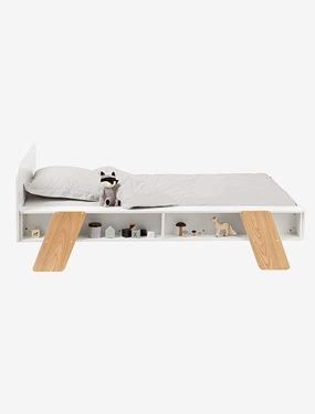 Fonctionnel, avec tablettes de rangements sur les côtés, ce lit au design original n'est pas sans rappeler l'esprit des jeux de construction ! DIMENSIONS Largeur 112,5 cm x longueur maxi 194 cm Hauteur entre sol et pan du lit = 20 cm  Hauteur tête de lit : 72 cm, pied de lit : 40 cm  En panneaux de fibres de bois Pieds en contreplaqué Couchage de 90 x 190 cm, livré avec sommier Support de rangements, positionnable au choix à droite ou à gauche du lit, doté de 2 niches (L 27 maxi ...