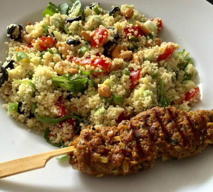 Heerlijke couscous salade met avocado, tomaat en een gehaktspies van de grill. Healthy food! Stoom de couscous 2 á 3 keer voor een half uur (totaal bijna 2 uur werk).