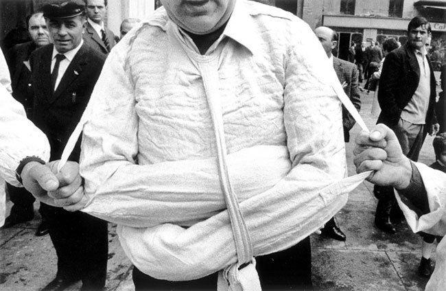 UTF-8Gianni-Berengo-Gardin-–-Parma-Istituto-psichiatrico-la-camicia-di-forza-1968-–-©-Gianni-Berengo-Gardin-_-Contrasto-.jpg (650×424)