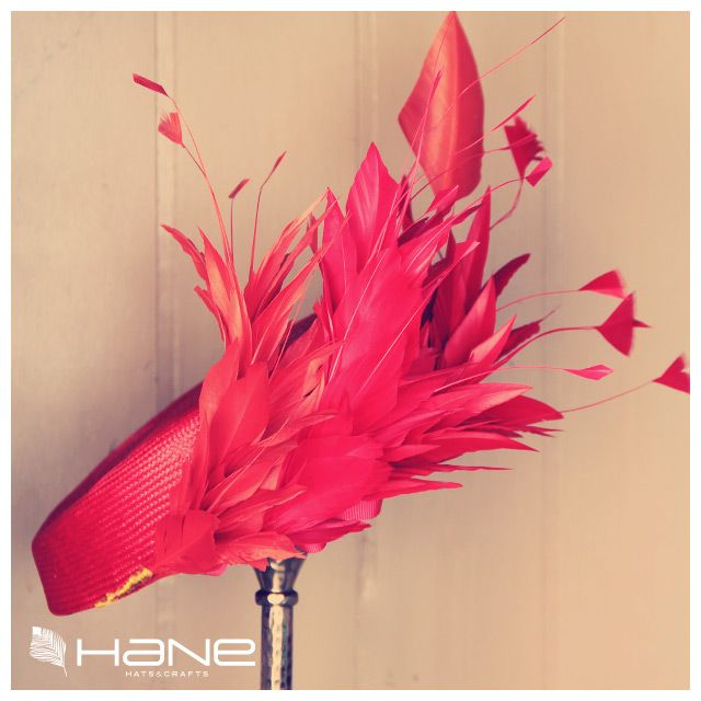 Casquete en parasisal rojo con plumas caldera y fucsia rematadas con hilo de oro. Tocado ideal para invitadas atrevidas.
