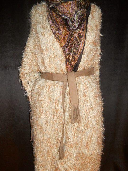Tapado en lana natural y seda, cinturón gamuza.  US 130