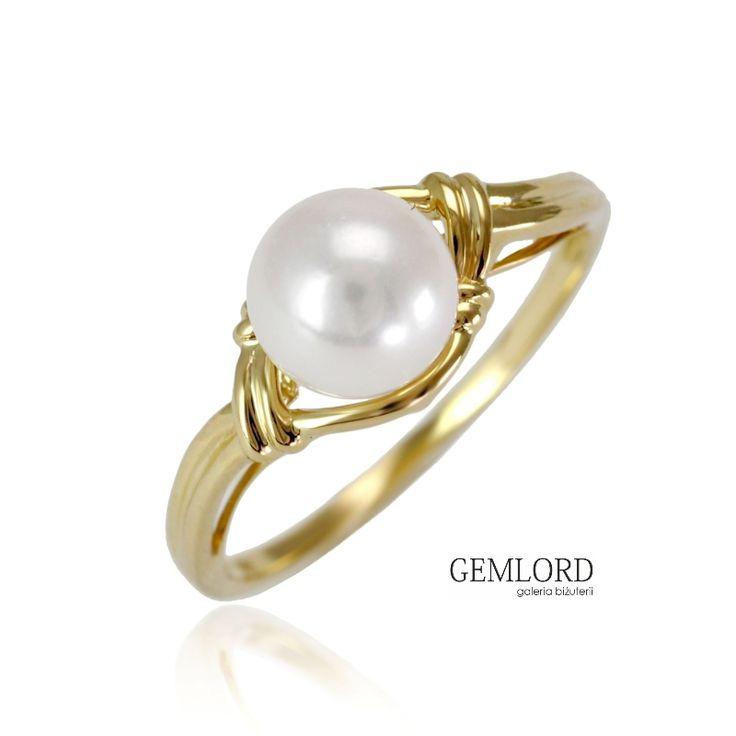 Złoty pierścionek z białą perłą Akoya. Urocza ozdoba kobiecej dłoni i piękne uzupełnienie biżuteryjnej kolekcji każdej miłośniczki pereł. Znakomity pomysł na urzekający prezent dla Wyjątkowej Osoby.  #pierścionek #pierscionek #ring #perły #pearls #жемчуг #biżuteria #jewellery #jewelry #luxury #luxurylife #quality #topquality #fashion #style #classy #simple #piekny #piękny #beautiful #cute #beauty #pearljewellery #prezent