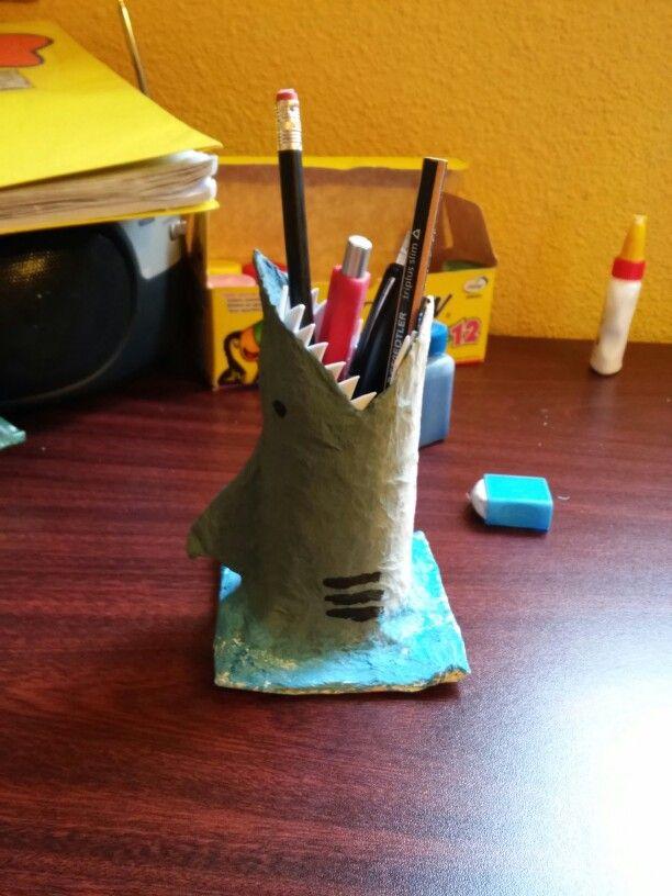 Portalapices hecho con un rollo de papel higienico, papel con cola, tempera y paciencia