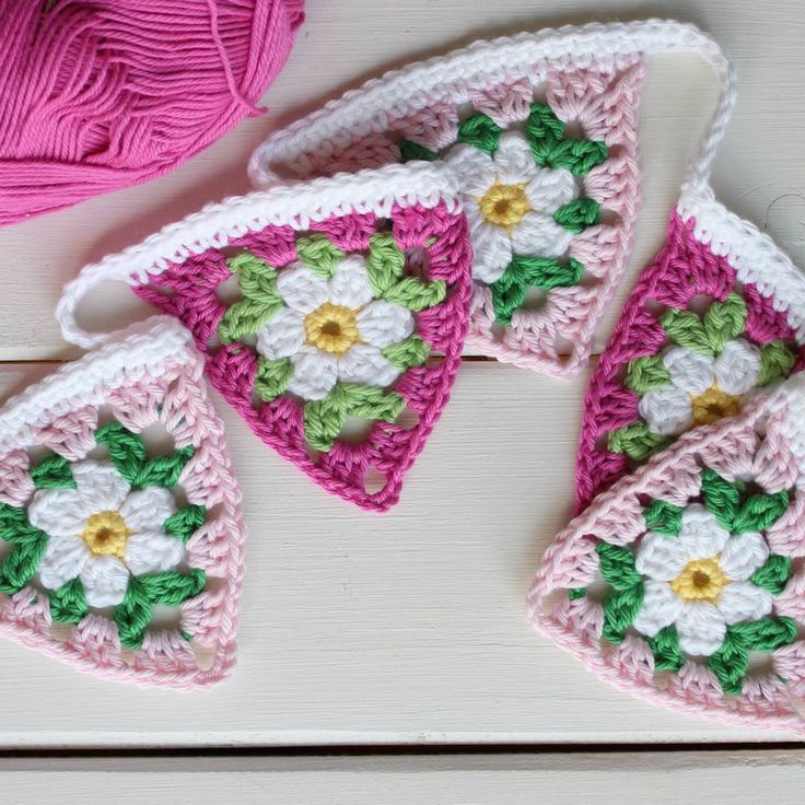 Gorgeous daisy bunting by Robyn @ crochetgirl99 - free pattern for daisy here: https://instagram.com/p/7_KjbgFix5/ and to make the bunting here: https://instagram.com/p/7_MyvVli2C/